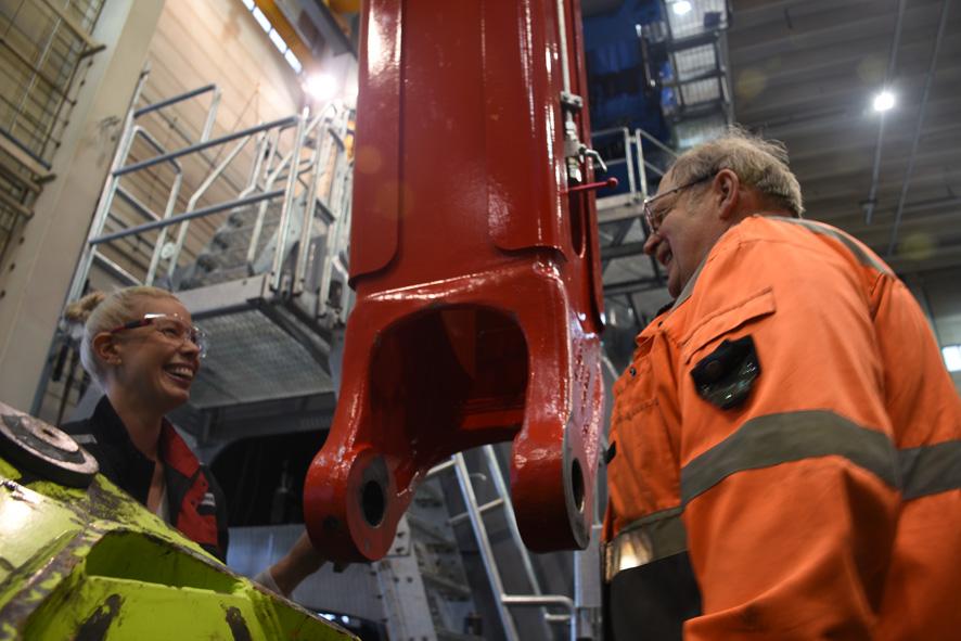 Mia Mantsinen ja testikuljettaja Seppo Kahelin ovat tehtaalla pitkäaikaisia tuttuja.