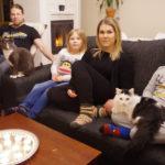Teemu, Aava ja Kaapo Korhosen sekä Pilviliina Piiraisen mielestä kodin paras paikka on olohuoneen sohva. Samaa mieltä ovat perheen kissat Otto ja Balto.
