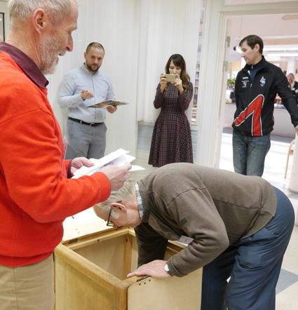 Vaalitarkkailijat Dina Grigoreva ja Denis Rudenko (taustalla) tekivät muistiinpanoja ja ottivat kuvia ääntenlaskennasta Liperissä.