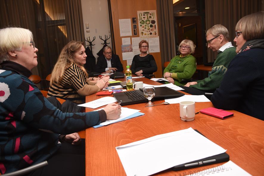 Pöydän päässä Martti Jormanaisen vieressä istuva Mira Karjalainen veti ryhmää, jossa päädyttiin Liperi luonnollisesti lähellä -iskulauseeseen.