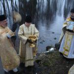 Kirkkoherra Paavo Ratilainen aloitti pyhän veden vihmomisen jo rannalla. Pyhitettyä vettä kantoi Mauri Mutanen ja ikonia Markku Toivanen.