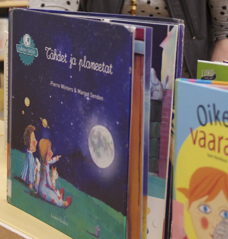 Koulukirjastoon on toiveissa saada tuoreempia teoksia. Arkistokuva Liperin kirjastosta
