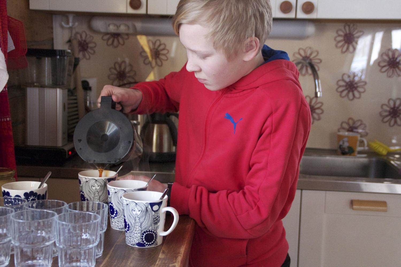 """Kahvilayrittäjän elämää taksvärkkipäivänä testannut Otto Rummukainen leipoo mielellään. """"Kauralastut on vakioleipomus"""", hän kertoo."""