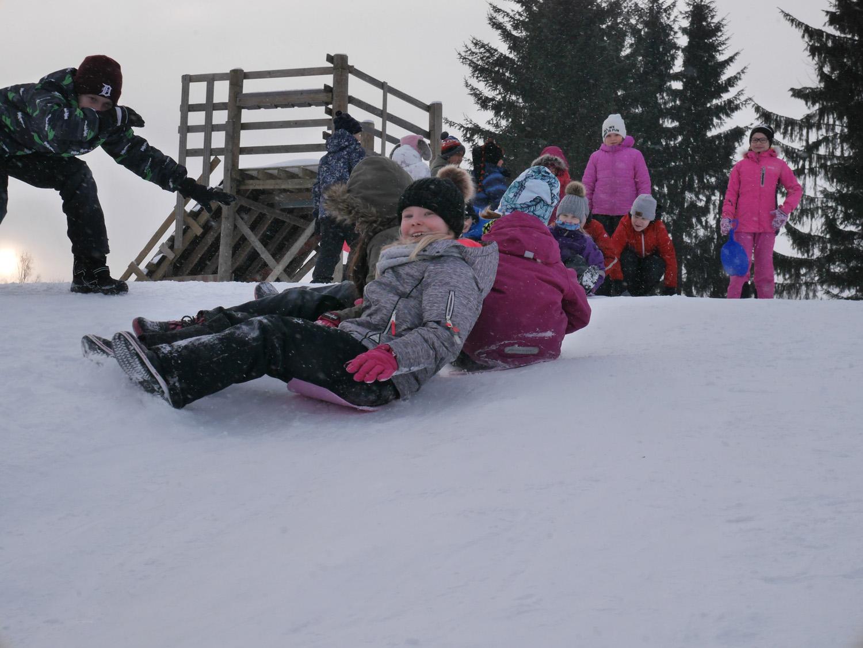 Yhdessä laskeminen on hauskinta. Aada ja hänen luokkakaverinsa hurauttivat mäkeä alas jonoina ja ryhminä.