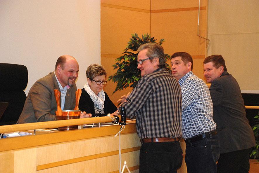 Viime kerrasta viisastuneena ennen äänestystä pidettiin seitsemän minuutin tuumaustauko. Valtuuston puheenjohtaja Kari Kulmalan ja kunnanjohtaja Tuula Luukkosen kanssa neuvoa pitävät Lauri Käyhkö, Timo Mölsä ja Harri Laasonen.