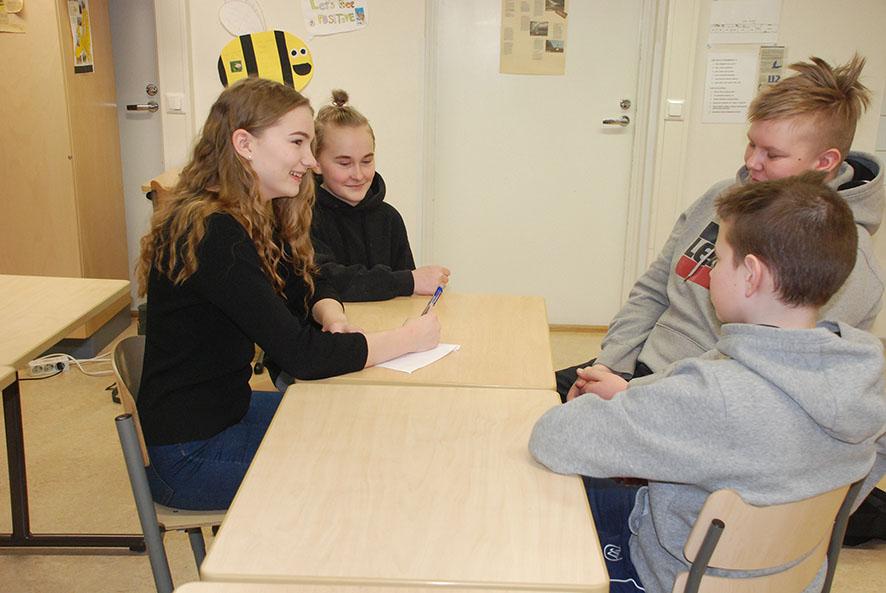 Kasiluokkalaiset Venla Vänskä, Sirja Halonen, Mikael Toivonen ja Jere Päivinen osaavat yhteiskunnallisista vaikuttamiskeinoista ainakin äänestysnumeron piirtämisen.