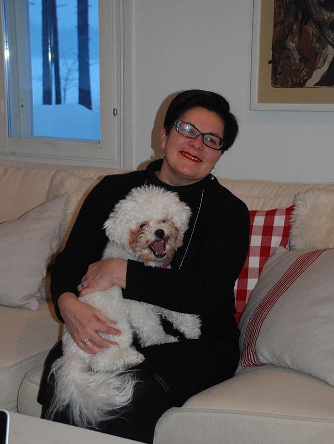 Tukholmaan muuttaneen tyttären Bella-koira kulkee Sari Kaasisen mukana kodista toiseen.