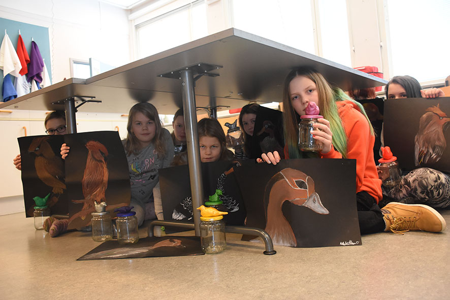 Koulupäivän aikana yhteiseen kuvaan ennätti kahdeksan ryhmäläistä töineen - tällä kertaa pöydän alla.