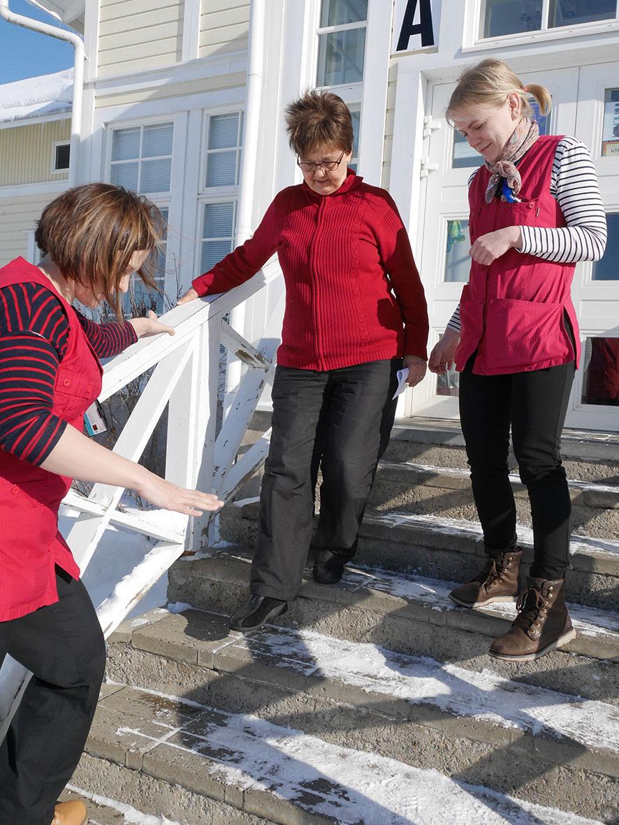 Mari Pitkänen (vas.) ja Laura Karhapää (oik.) auttavat ikäihmisiä selviämään paremmin arjesta kotikuntoutuksen avulla.