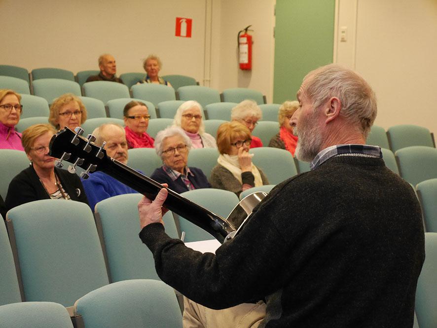 Antti Multala musisoi ikäihmisten kuulemistilaisuudessa.