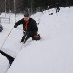 Korkeimmillaan lumikinos kohoaa katoilla yli metriin. Marko Varis urakoi Liperin kirkonkyläläisellä katolla.