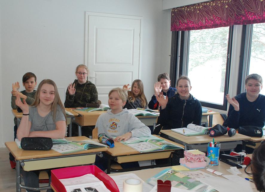 Kuudennen luokan oppilaat viihtyvät valoisassa luokassaan, joka on remontoitu rivitaloon.