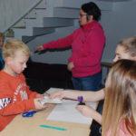 Äänestäminen opetellaan Rääkkylässä jo nuorena, ja pitäjässä oppilaat ovat äänestäneet maan keskiarvoa aktiivisemmin esimerkiksi oppilaskunnan vaaleissa. Arkistokuvassa Luukas Halonen harjoittelee kansalaisoikeuden käyttöä.