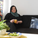 Nora Kettunen opastaa nuoria aikuisia uravalinnoissa, vaikkapa kahvikupposen äärellä Yritystalon tiloissa.