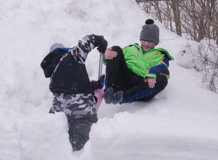 Lapiosta on iso apu, kun kaivaa kaveria hangesta.