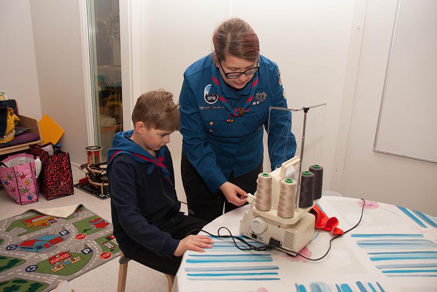 Mikke Käyhkö ja Hanna Rokkila ja treenaavat ompelemisen jaloa taitoa.