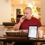 Jesse Pynnönen popsi sokerilla kuorrutettuja munkkirinkilöitä yhden leivonnaisen minuuttivauhdilla.