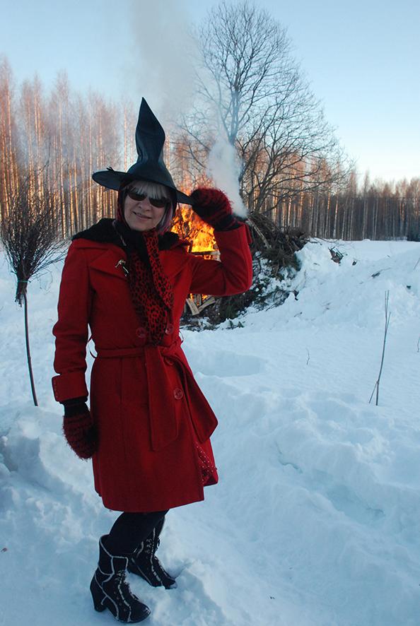 Ennen pääsiäisvalkeilla karkotettiin noitia ja pahoja henkiä. Nykytapoihin kuuluu pukeutua noidan asuun, kuten Liisa Suominenkin teki Varpasaloon suunnatessaan.
