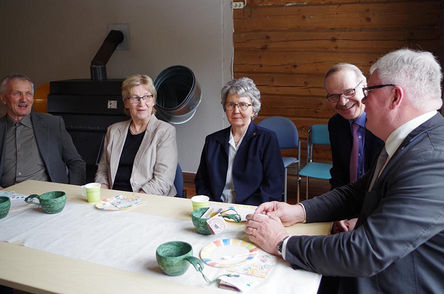 Seuran toimijat Keijo Karppanen (vas.), Kaarina Kontkanen ja Annikki Nissinen nauttivat juhlakahveista kansanedustaja Eero Reijosen ja puheenjohtaja Juha Kososen kanssa.