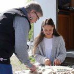 Pia Renkonen opetti Tiina Martikaiselle pitsinnypläystä Lipin kevätmarkkinoilla.