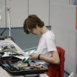 Benjam Partio taitaa nuoresta iästään huolimatta elektroniikan parissa työskentelyn. Kuva: Skills Finland/Netta Hietaharju