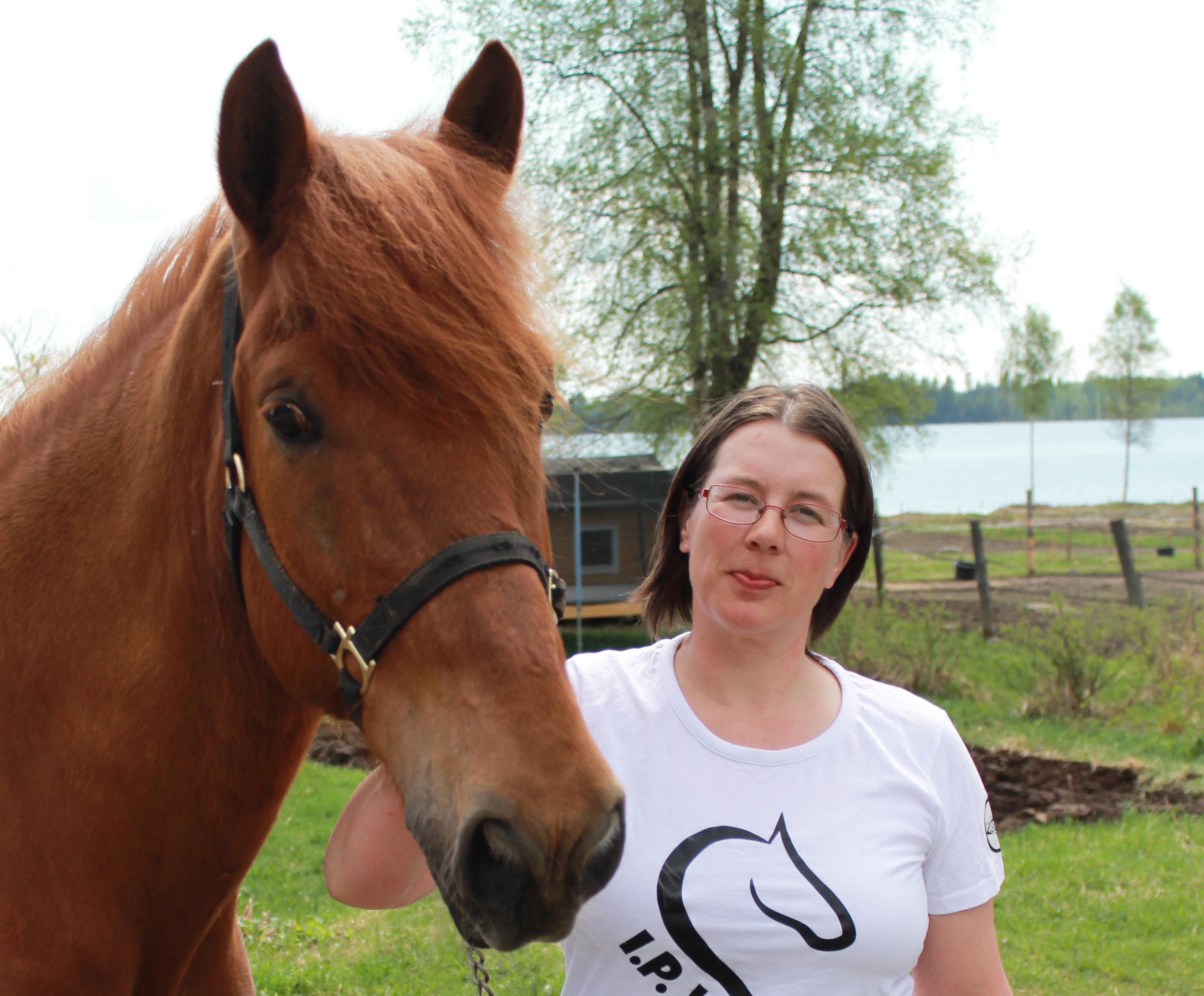 Kirsi Tolvanen iloitsee hevosensa menestyksestä.
