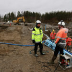Taisto Tuononen (vas.) ja Jouko Rytkönen keskustelevat rakennustöiden etenemisestä.