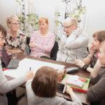 Hannele Mikkanen, Tuula Ruskeakorpi (takana vasemmalla), Hannele Rummukainen, Pekka Ruskeakorpi, Liisa Karttunen, Anniina Tolvanen ja Iitu Tolvanen pohtivat yhdessä kylän tulevaisuutta.