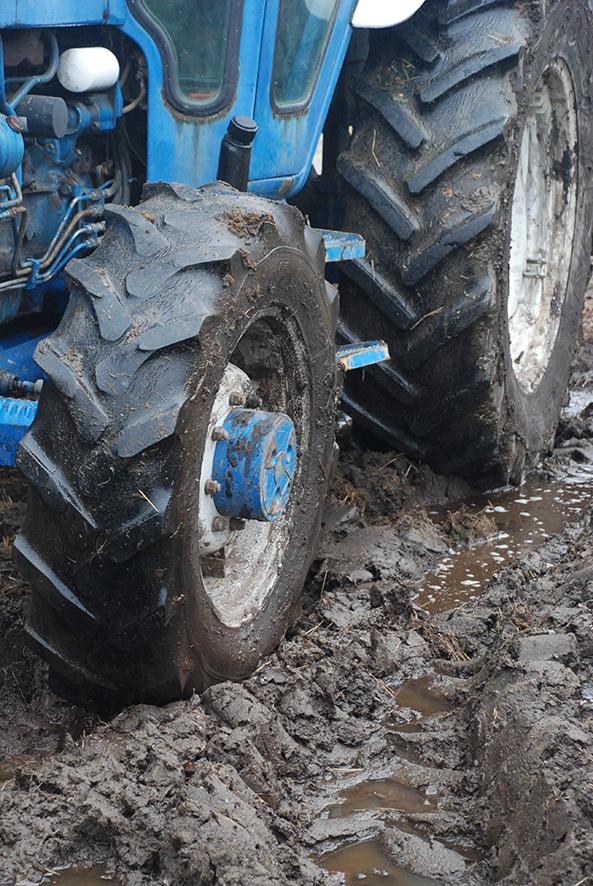 Traktorin pyörät uppoavat vielä tällä hetkellä pintamaahan, jos märille pelloille menee painavalla kalustolla.