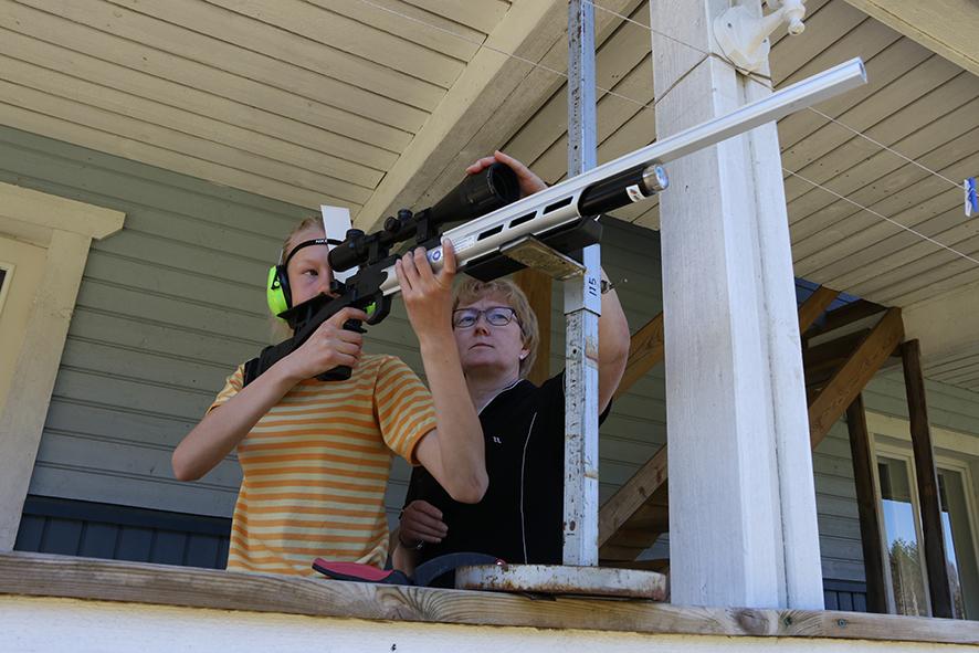 Silja Jokinen on ollut apuna tyttärensä Riikka Jokisen ampumatekniikan kehittämisessä ilma-aseella ampuessa.