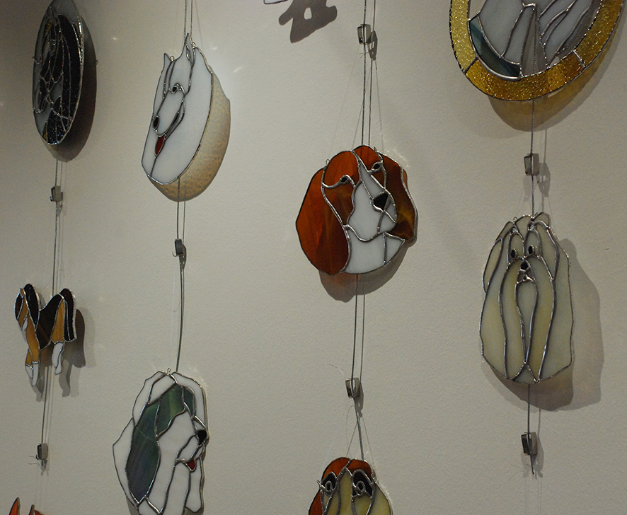 Tiffanylasitöihinsä Merja Harinen ikuistaa muun muassa koiria.